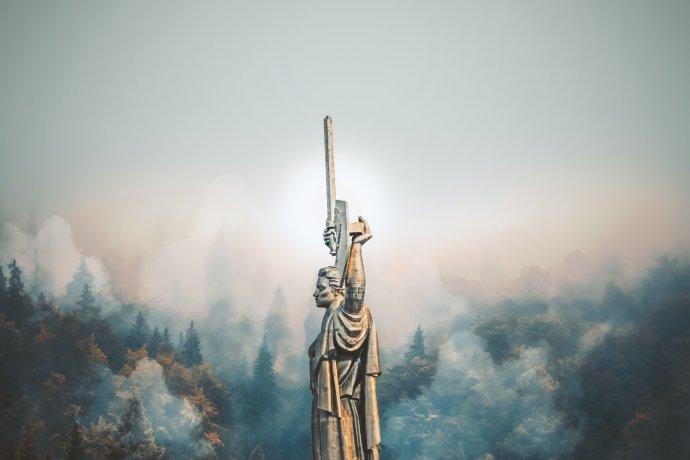 Socha Matky Vlasti (Baťkivščyna Máty) vysoká 62 metrů, i s podstavcem pak 102 metrů. Pro srovnání, socha Svobody v New Yorku má jen 46 metrů, spolu s podstavcem pouze 93. Foto: Rostislav Artov