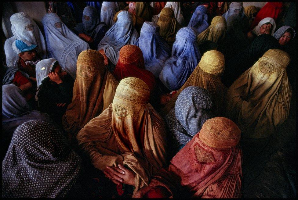 Afghánistán 1992: ženy vyčkávají před začátkem modlitby vmešitě Čindawol na místě, které je pro ně vyhrazeno. Foto:Pascal Maitre, Panos, MYOP