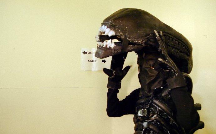Ve filmovém dokumentu je postava vetřelce většinou mimo záběr, protože jednu z kamer má na sobě přímo vetřelčí maska. Foto: Future Gate