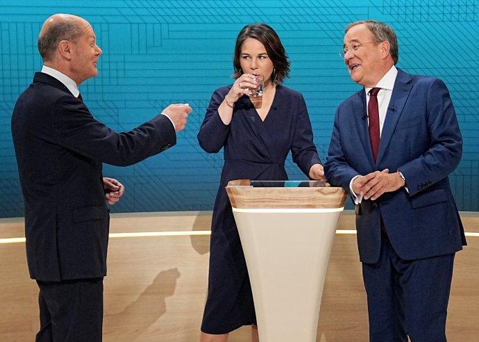 """Před debatou bylo veselo– anebo se aspoň chtěli lídři ukázat vbodrém světle. Ministr financí alídr za sociální demokraty (SPD) Olaf Scholz, předsedkyně Zelených Annalena Baerbocková apremiér Severního Porýní-Vestfálska zCDU Armin Laschet jako tři hlavní adepti na příštího německého kancléře pomerkelovské éry před začátkem vysílání diskusního pořadu televizí ARD aZDF """"Das Triell"""". Foto:Michael Kappeler, pool via Reuters"""