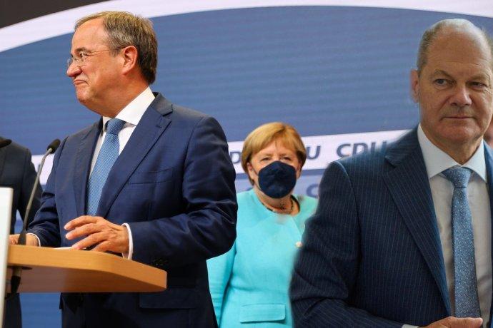 Armin Laschet (CDU) aOlaf Scholz (SPD) avpozadí Angela Merkelová (CDU). Koláž: DeníkN, foto Kai Pfaffenbach, Reuters a Dirk Vorderstraße, CC BY 20