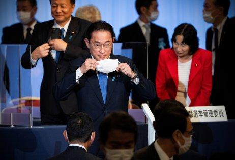 Stane se nejmocnějším mužem Japonska. Stým premiérem vdějinách země. Je sázkou na jistotu, azároveň rizikem. Holubicí išedým holubem. Anebojí se vyzvat kpijatyce ani ruského ministra. Kdo je Fumio Kišida? Foto:Carl Court, Pool via Reuters