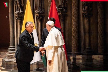 Maďarský premiér Viktor Orbán vítá papeže Františka. Foto:Facebook Viktora Orbána