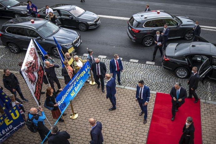 Novinářka Hana Čápová (na snímku stojí na chodníku uokraje modrého transparentu) se pokusila získat premiérovo vyjádření ipřed ústeckým divadlem. Foto:Gabriel Kuchta, DeníkN
