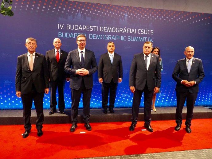 Společná fotka řečníků. Milorad Dodik je v první řadě druhý zprava, po své levici má slovinského premiéra Janeze Janšu, po pravici srbského prezidenta Aleksandra Vučiće, vedle kterého stojí Andrej Babiš. Foto: Úřad vlády ČR