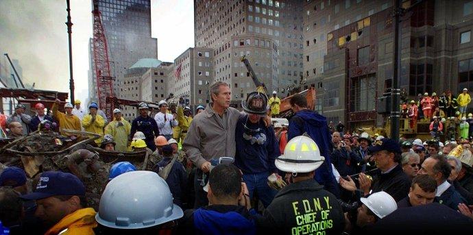 Třetí den po útoku na budovu newyorského WTC v září 2001 přišel mezi vyčerpané záchranáře tehdejší prezident George W. Bush. Jeho projev slibující odvetu všem, kdo měli se sebevražednými leteckými údery něco společného, jako by předznamenal zahraničněpolitické kroky USA v nadcházejících dvaceti letech. Foto: ČTK/AP
