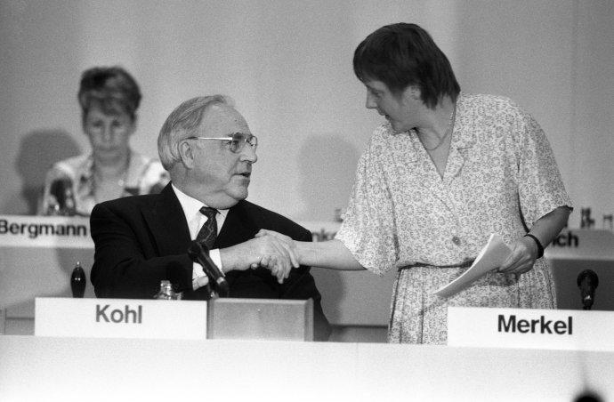 """Helmut Kohl a jeho """"děvče"""" na sjezdu CDU v roce 1992. Na přelomu tisíciletí Merkelová stranu vyzývá, aby se osvobodila od patriarchy Kohla avykročila vlastní cestou. Foto: ČTK/DPA"""