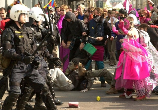 Ke srážkám mezi policisty a odpůrci globalizace došlo 26. září 2000 také v ulici Marie Cibulkové poblíž Kongresového centra v Praze. Foto: ČTK