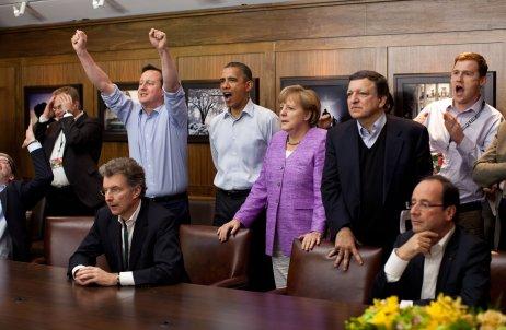 Britský premiér David Cameron jásá při výhře Chelsea nad Bayernem Mnichov ve finále Ligy mistrů vkvětnu 2012. Utkání během summitu G8vamerickém Camp Davidu přihlíží prezident Barack Obama, německá kancléřka Angela Merkelová,předseda Evropské komise José Manuel Barroso a francouzský prezident François Hollande, mimo záběr jsou předseda Evropské rady Herman Van Rompuy a ruský prezident Dmitrij Medvěděv. Foto:Pete Souza, White House