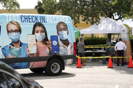 Na Floridě jezdí pojízdný miniautobus, v němž se lidé mohou nechat očkovat. Snaží se tím přiblížit vakcinace i v oblastech, odkud se lidé špatně za očkováním dopravují. Foto: Jana Ciglerová, Deník N