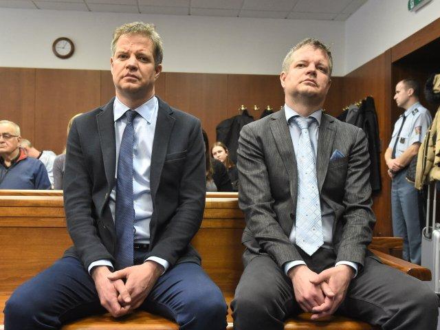 Obžalovaní majitelé elektráren Saša-Sun a Zdeněk-Sun, bratři Alexandr (vlevo) a Zdeněk Zemkovi, u olomouckého vrchního soudu. ČTK