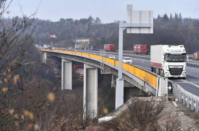 Automobily projíždějí přes dálniční most uVelkého Meziříčí. Foto:ČTK