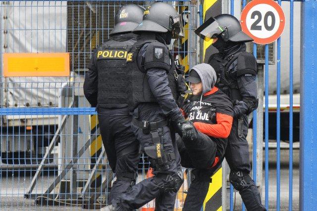 Včeském prostředí není fyzická blokáda prostor zrovna obvyklou formou protestu. Foto: ČTK Photo / Miroslav Chaloupka