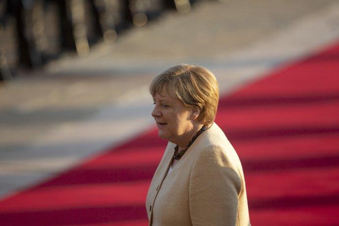 Končící kancléřka Merkelová objíždí svět, aby se před svým odchodem z úřadu rozloučila s politiky, s nimiž se šestnáct let coby lídryně nejdůležitější evropské velmoci potkávala. Jediný, kdo se setkání s ní vyhnul, je polský prezident Andrzej Duda. Ilustrační foto: ČTK/AP