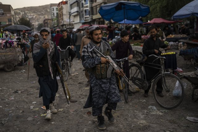 Hlídka tálibů na tržnici v Kábulu. Foto: ČTK/AP/Bernat Armangue