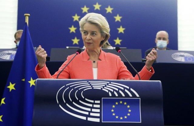 """""""(Evropské) hodnoty jsou dnes zakotveny vnašich evropských smlouvách amy všichni jsme se vokamžiku, kdy jsme se jako svobodné asuverénní státy staly součástí této Unie, zavázali, že je budeme dodržovat,"""" zdůraznila ve svém projevu ostavu Unie předsedkyně Evropské komise Ursula von der Leyenová. Foto:ČTK/AP"""