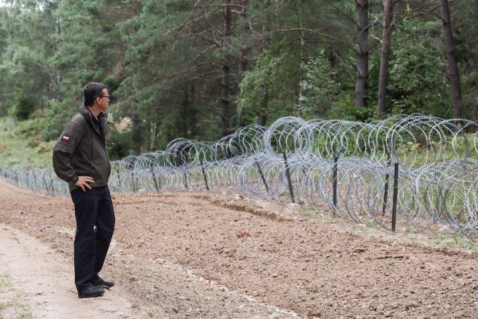 Polský premiér Mateusz Morawiecki při inspekci běloruské hranice, na niž polští pohraničníci umístili ostnatý drát. Foto:polská vláda, gov.pl