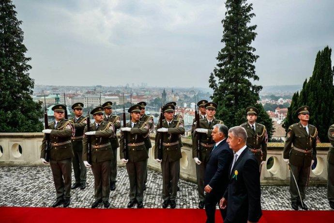 Premiér Andrej Babiš přivítal v Kramářově vile v Praze maďarského premiéra Viktora Orbána. Foto: Gabriel Kuchta/Deník N