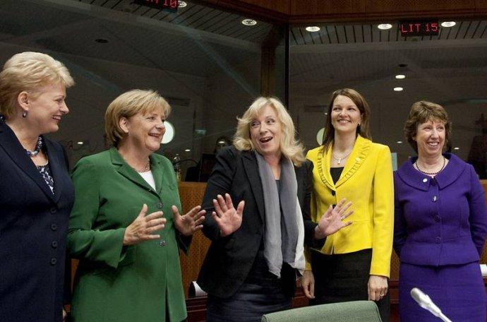 Strochou nadsázky se dá říct, že Angela Merkelová prošlapávala dalším ženám cestu do politiky. Na snímku zleva litevská prezidentka Grybauskaité, Merkelová, slovenská premiérka Radičová, předsedkyně finské vlády Kiviniemiová avysoká představitelka pro zahraniční abezpečnostní politiku EU Ashtonová na summitu EU vzáří 2010. Foto:EU