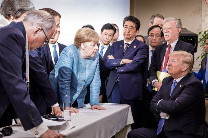 Světoví lídři skupiny G7(na snímku vedle Angely Merkelové stojí japonský premiér Šinzó Abe a poradce amerického prezidenta John Bolton) vyjednávali na summitu vKanadě oznění společného prohlášení. Podporu Donalda Trumpa nezískali. Foto:Denzel, Bundesregierung