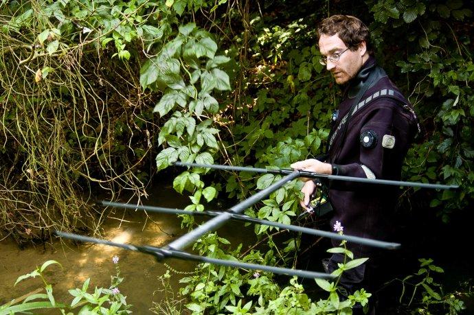 """""""Mám prostě vodu rád."""" Hydrobiolog Adam Petrusek vterénu. Foto:Petr Jan Juračka, PřFUK"""