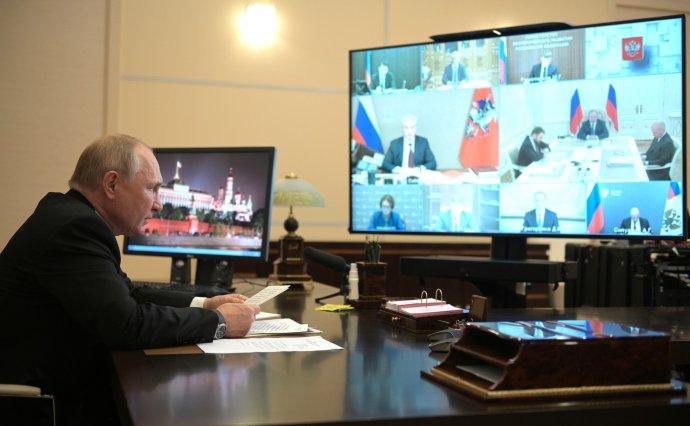 Prezident Vladimir Putin obklopen jen sterilním prostředím monitorů řídí 21.září schůzi kabinetu oekonomických otázkách ze své rezidence Novo-Ogarjovo. Foto:kremlin