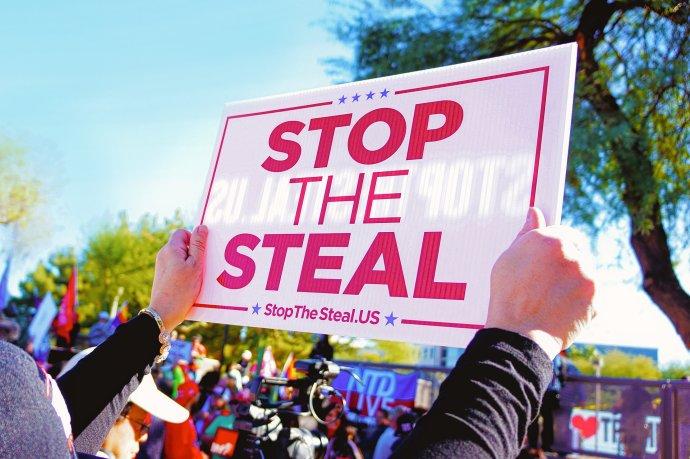 """Hnutí """"Stop the Steal"""", vpřekladu """"Zastavte tu krádež"""", vybírá od Američanů peníze nepravdivým tvrzením, že prezidentské volby loni vlistopadu vyhrál Donald Trump aJoe Biden """"mu je ukradl"""". Foto:El Sun, Pixabay"""