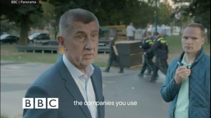 BBC se pokusila českému premiérovi položit několik otázek. Ato si dovolila hodně. Foto:screenshot zpořadu BBC Panorama