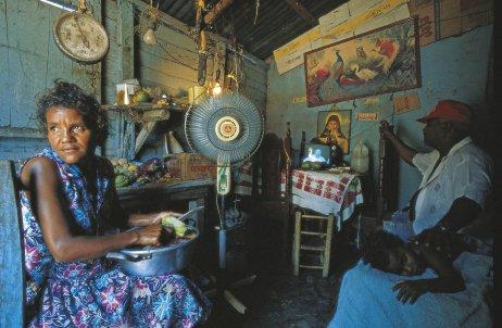 Obyvatelé Dominikánské republiky sledují vtelevizi návštěvu papeže Jana PavlaII., který sem přijel oslavit výročí jejich kolonizátora. Foto:Lois Lammerhuber