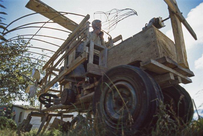 Chudý ekvádorský rolník Sergio snil o vlastním automobilu, a tak si ho bez jakýchkoliv znalostí na koleně vyrobil. Foto: Lois Lammerhuber
