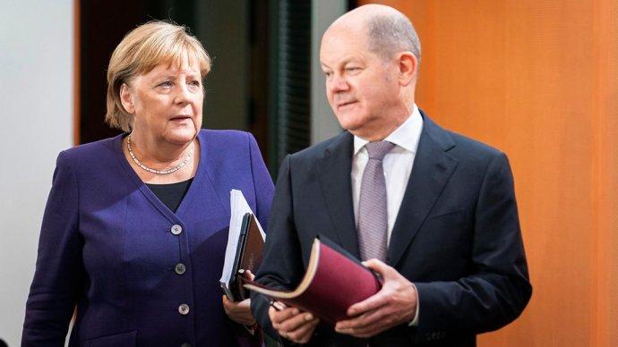 Odcházející kancléřka Merkelová (CDU) apravděpodobně přicházející kancléř (azatím její ministr financí) Olaf Scholz (SPD). Foto:Kugler, Bundesregierung