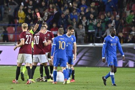 Glen Kamara vPraze nedohrál po druhé žluté kartě. Foto:ČTK/Šimánek Vít