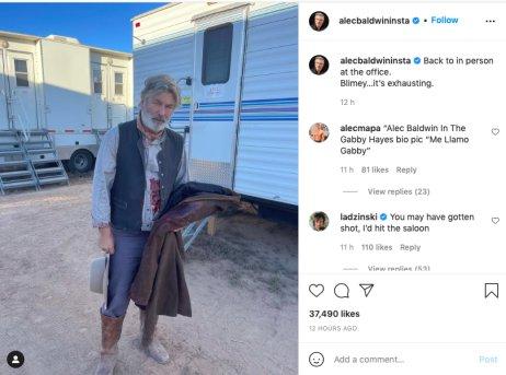 Herec Alec Baldwin při natáčení filmu Rust. Později podle informací amerických médií zastřelil omylem kameramanku a postřelil režiséra. Zdroj: Instagram Alece Baldwina
