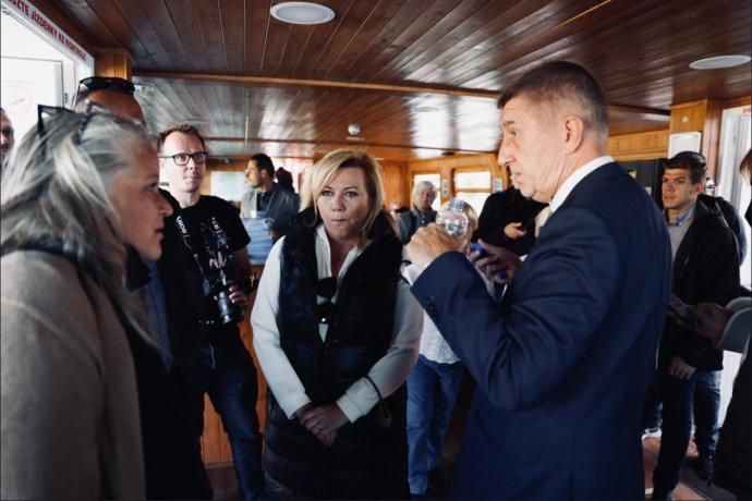 Premiér Andrej Babiš vypovídá novináře Respektu zpředvolební akce na parníku. Foto:Milan Jaroš, Respekt