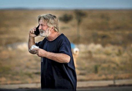 Zdrcený Alec Baldwin telefonuje poté, co byl po osudném výstřelu, kterým zabil kameramanku Halynu Hutchinsonovou, vyslechnut policií. Foto: Jim Weber, ČTK/AP
