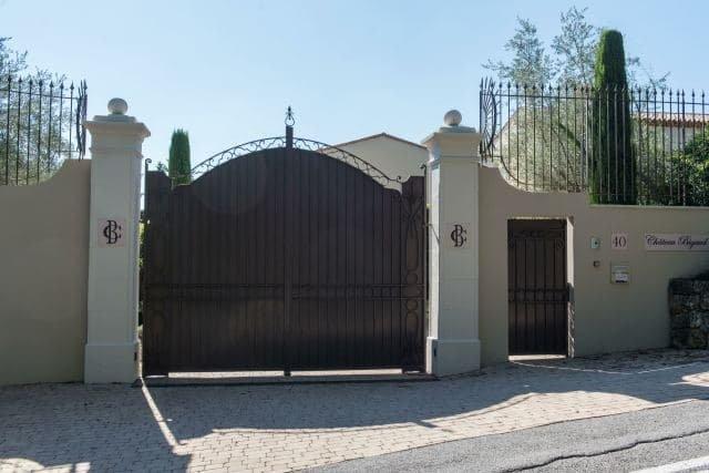 Příjezdová brána Château Bigaud na Azurovém pobřeží. KBabišovu zámečku před volbami zamířili zástupci Zelených, Pirátů nebo iMilionu chvilek. Foto:ČTK/ ABACA/ Escoffier Florian/ ABACA