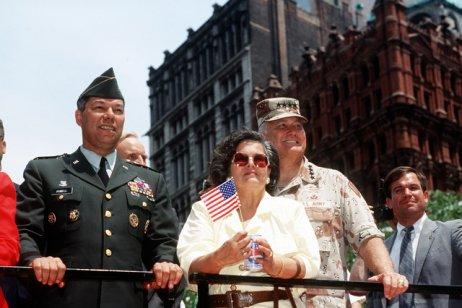 Colin Powell v pozici předsedy Sboru náčelníků štábů, kterým se stal jako první Afroameričan v historii USA. Na snímku s generálem Normanem Schwarzkopfem a jeho ženou Brendou v New Yorku. Foto: Ministerstvo obrany USA, public domain