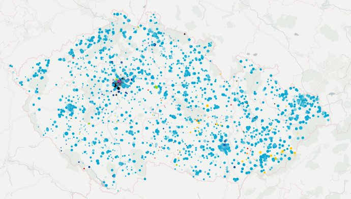 V roce 2017 zhruba dvě hodiny od začátku sčítání přicházely výsledky ze všech částí země. S přibývajícím časem se ale zpracovávání hlasů do velké míry koncentrovalo do pražských obvodů. Mapa: Deník N/Daniel Kerekes.