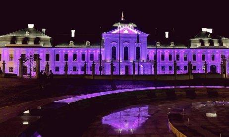 Slovenský prezidentský palác nasvícený na růžovo. Foto: Slovenská prezidentská kancelář